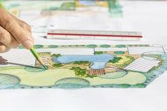 园艺师设计别墅的后院计划 库存照片