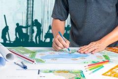 园艺师设计后院旅馆的水池计划 免版税库存图片