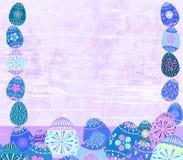 困厄的复活节彩蛋和木织地不很细春天框架背景 免版税库存照片
