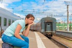 困厄的女孩为他的火车是晚 库存照片