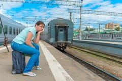 困厄的女孩后他的火车的 免版税库存图片