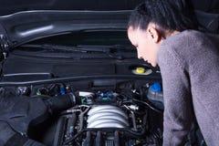 困厄的妇女和残破的汽车 免版税库存图片