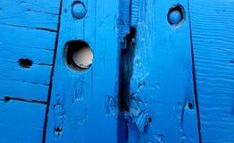 困厄的蓝色木门细节 免版税库存图片