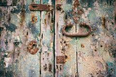 困厄的门细节 与生锈的锁和把柄的闭合的老木门 免版税库存照片