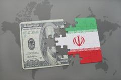 困惑与伊朗和美元钞票国旗在世界地图背景 向量例证