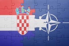 困惑与克罗地亚和北约国旗  库存图片
