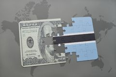 困惑与博茨瓦纳和美元钞票国旗在世界地图背景 免版税库存图片
