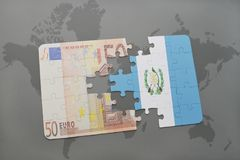 困惑与危地马拉和欧洲钞票国旗在世界地图背景 免版税库存图片