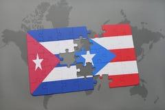 困惑与古巴和波多黎各的国旗世界地图背景的 库存图片