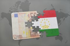 困惑与塔吉克斯坦和欧洲钞票国旗在世界地图背景 库存图片