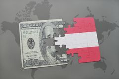 困惑与奥地利和美元钞票国旗在世界地图背景 免版税图库摄影