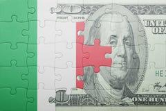 困惑与意大利和美元钞票国旗  库存图片