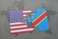 困惑与美国和刚果民主共和国的国旗世界地图背景的 图库摄影