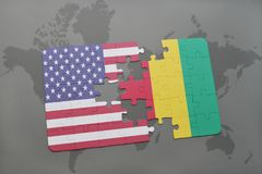 困惑与美国和基尼国旗在世界地图背景 库存照片