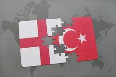 困惑与英国和土耳其国旗在世界地图背景 免版税图库摄影