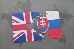 困惑与英国和斯洛伐克的国旗世界地图背景的 库存照片