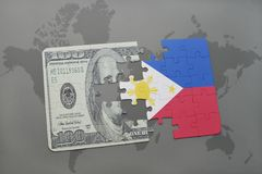 困惑与菲律宾和美元钞票国旗在世界地图背景 库存图片