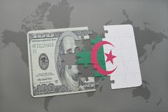 困惑与阿尔及利亚和美元钞票国旗在世界地图背景 图库摄影