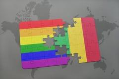 困惑与马里的国旗和在世界地图背景的快乐彩虹旗子 免版税库存照片