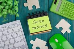 困惑片断、计算器、笔记本有文本的& x22; 保存money& x22; 键盘 免版税库存照片