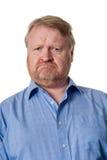 困惑的中部变老了蓝色衬衣的有胡子的人-在白色 库存图片