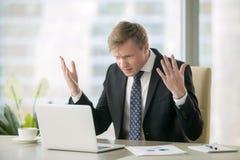 困惑的商人在办公室 免版税库存照片