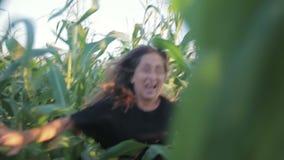困扰了一个女孩从疯子出逃 慢的行动 影视素材