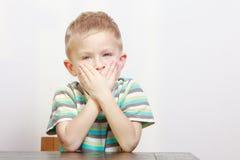困疲乏的男孩儿童孩子打呵欠的覆盖物嘴 胳膊详述她的家庭意图 免版税库存图片