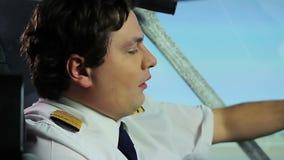 困疲乏的飞行员有热病,当坐在驾驶舱,健康问题时 影视素材