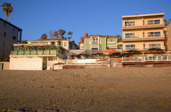 困空心海滩的靠海滨的餐馆在拉古纳靠岸,加利福尼亚 库存图片