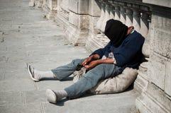贫困者坐地板 免版税库存照片