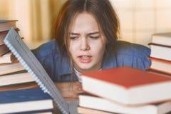 困难学会让烦恼的疲倦的乏味青少年的女孩 免版税库存照片