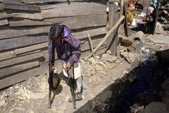 困难的生活以伤残,肯尼亚贫民窟,内罗毕 图库摄影