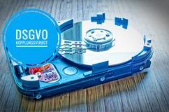 3困难的驱动器 5英寸作为与主板的数据存储在一张竹桌上和在英国GDPR cou的德国DSGVO Kopplungsverbot 免版税图库摄影