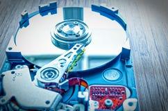 3困难的驱动器 5英寸作为与主板的数据存储在一张竹桌上 免版税库存照片