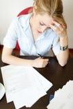 困难秘书运作的年轻人 免版税库存照片