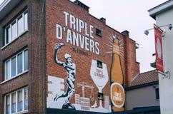 围住与地方啤酒和历史啤酒厂商标De Koninck的广告的艺术 库存图片