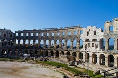 围住古老罗马圆形剧场竞技场的片段普拉的,克罗地亚 免版税库存图片