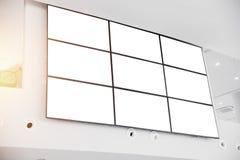 围住LCD在现代办公楼的显示屏盘区 库存照片