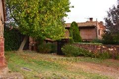 围场在这个美丽如画的村庄街道上的邻居有它的黑石板屋顶的在Madrigera 建筑学假期旅行 库存照片