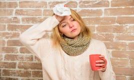 围巾举行茶杯子和组织的女孩 流鼻水和寒冷的其他症状 冷流感解决 补救应该 库存照片