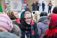 围巾俄国人样式的微笑的女孩 免版税库存照片