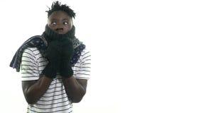 围巾和手套的一个黑人表示,他结冰 股票视频