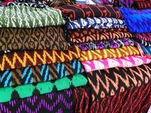 围巾或Macanas在市场上,传统为Gualaceo小行政区,昆卡省,厄瓜多尔手工造并且设计 免版税库存照片