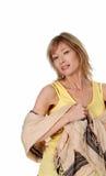 围巾无袖衫佩带的妇女黄色 免版税图库摄影
