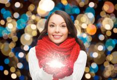 围巾的妇女有圣诞节魔术雪花的 库存图片
