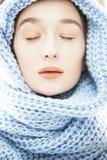 围巾的年轻真正的白肤金发的妇女 免版税库存照片