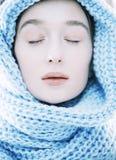 围巾的秀丽年轻白肤金发的妇女有紧密被风化的嘴唇的  免版税库存图片