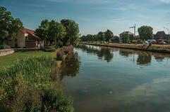 围拢布鲁日的市中心的运河 免版税库存照片