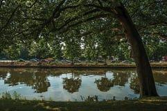 围拢布鲁日的市中心的运河 库存图片